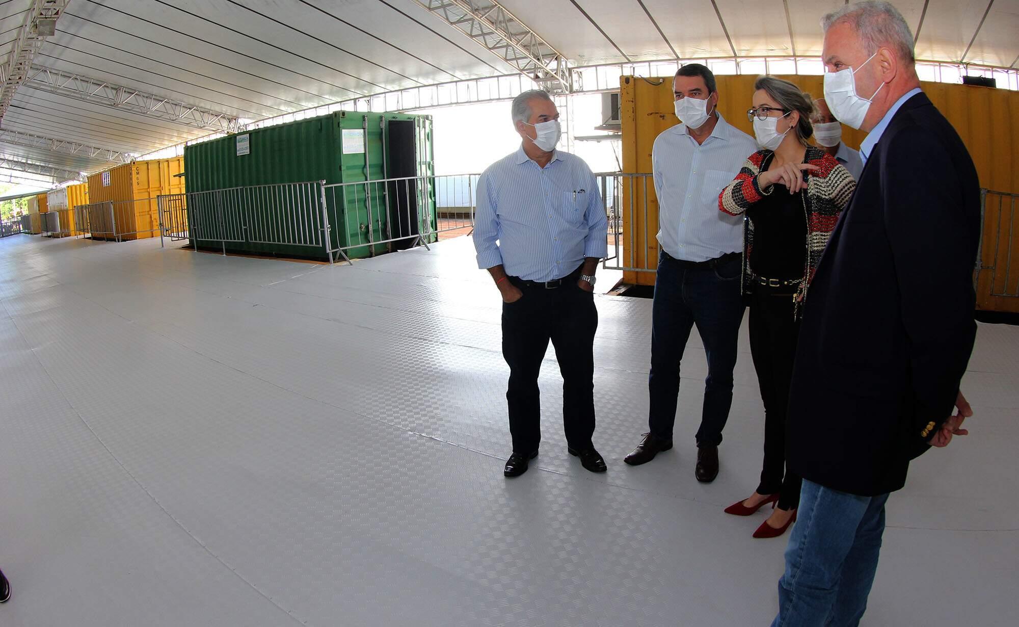 Acompanhado de secretários, governador (à esquerda na foto), visitou estrutura montada no HRMS. (Fotos: Chico Ribeiro))
