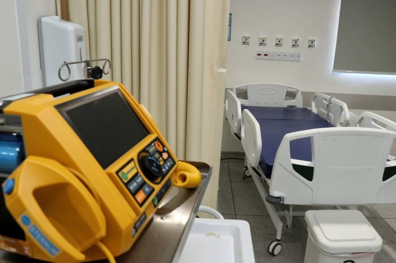 Exemplo de um leito com respirador utilizado para quadro pulmonar grave no hospital do trauma, na Santa Casa (Foto: Henrique Kawaminami)