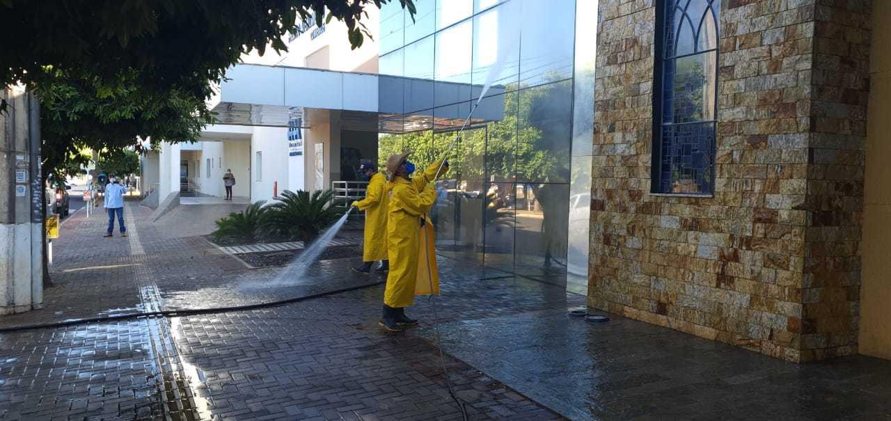 Hospital Auxiliadora, referência para tratamento do novo coronavírus na cidade, passa por desinfecção (Foto: Divulgação/PMTL)