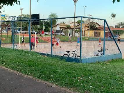 Praça do Peixe é ponto de encontro para quem ignora isolamento no Vilas Boas