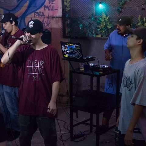 Grupo de rap Permuta faz live para para arrecadar alimentos