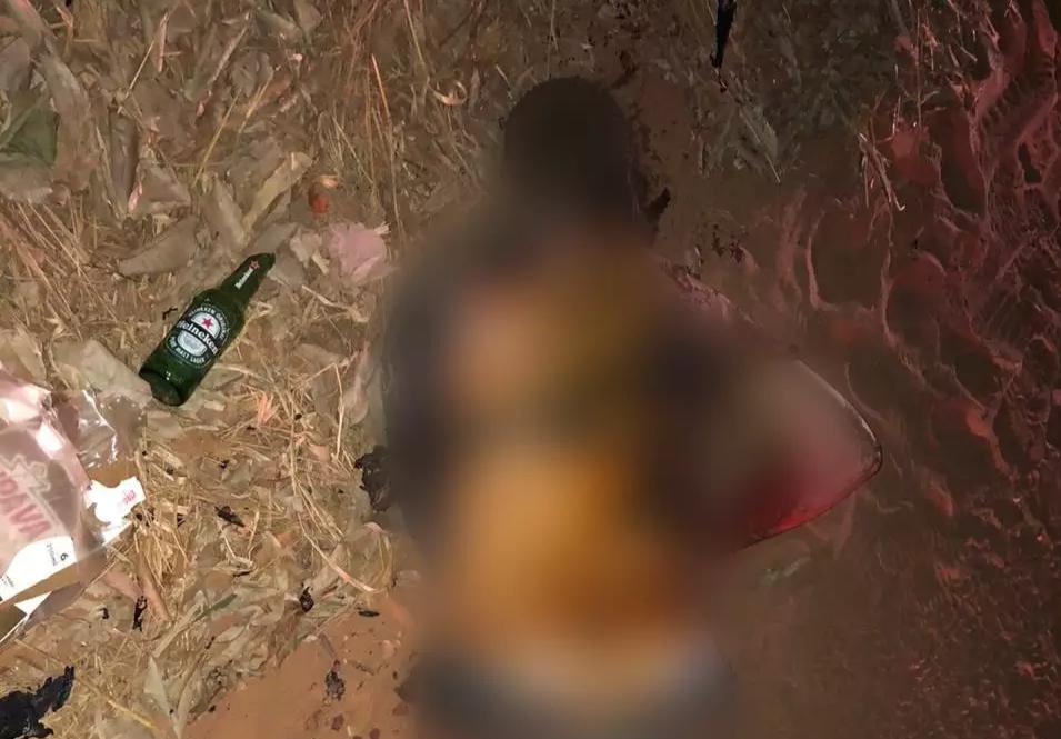 Corpo parcialmente carbonizado foi encontrado com marca de tiro na cabeça (Foto: Direto das Ruas)