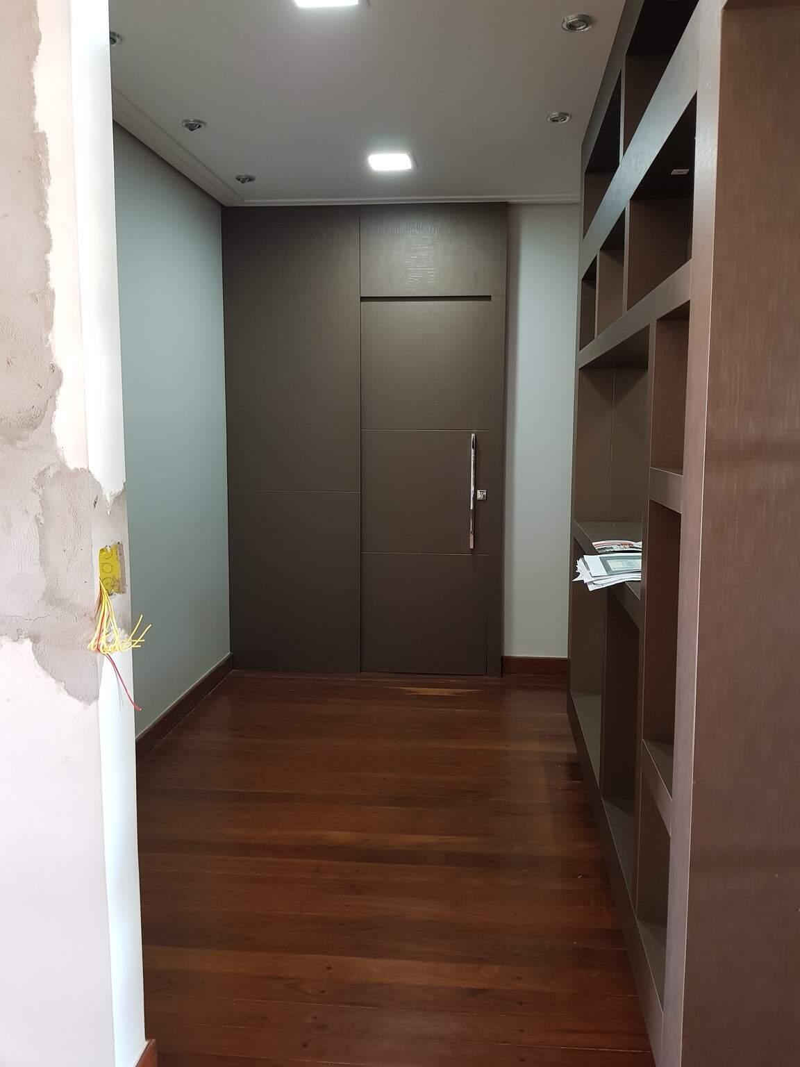 """Imagem do """"antes"""", corredor de pouco mais de 5m² levava visitas até o lavabo. (Foto: Arquivo Pessoal)"""
