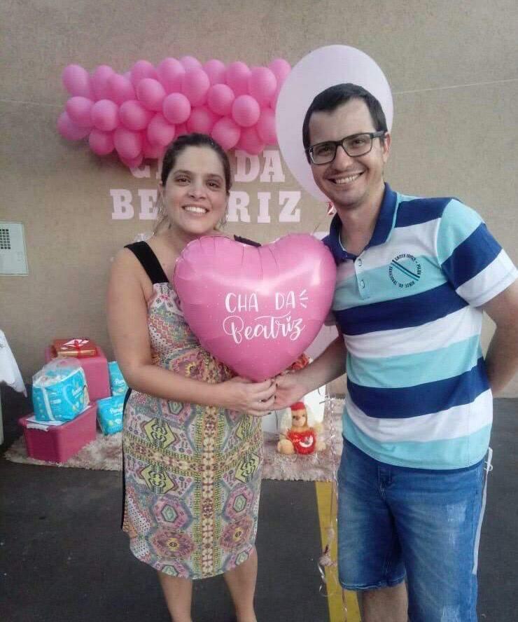 Priscila e o marido Rafael segurando o balão de coração com o nome da filha Beatriz, que vai nascer. (Foto: Arquivo pessoal)