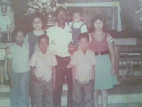 Foto feita em Aparecida do Norte, em 1976. No fundo, dona Irene à esquerda ao lado do marido, Amador Soares, com Leomar nos braços e Cida Colussi. Na frente, Luiz Carlos à direita ao lado do irmão Levino e na ponta esquerda a irmã Luzia. (Foto: Arquivo pessoal)