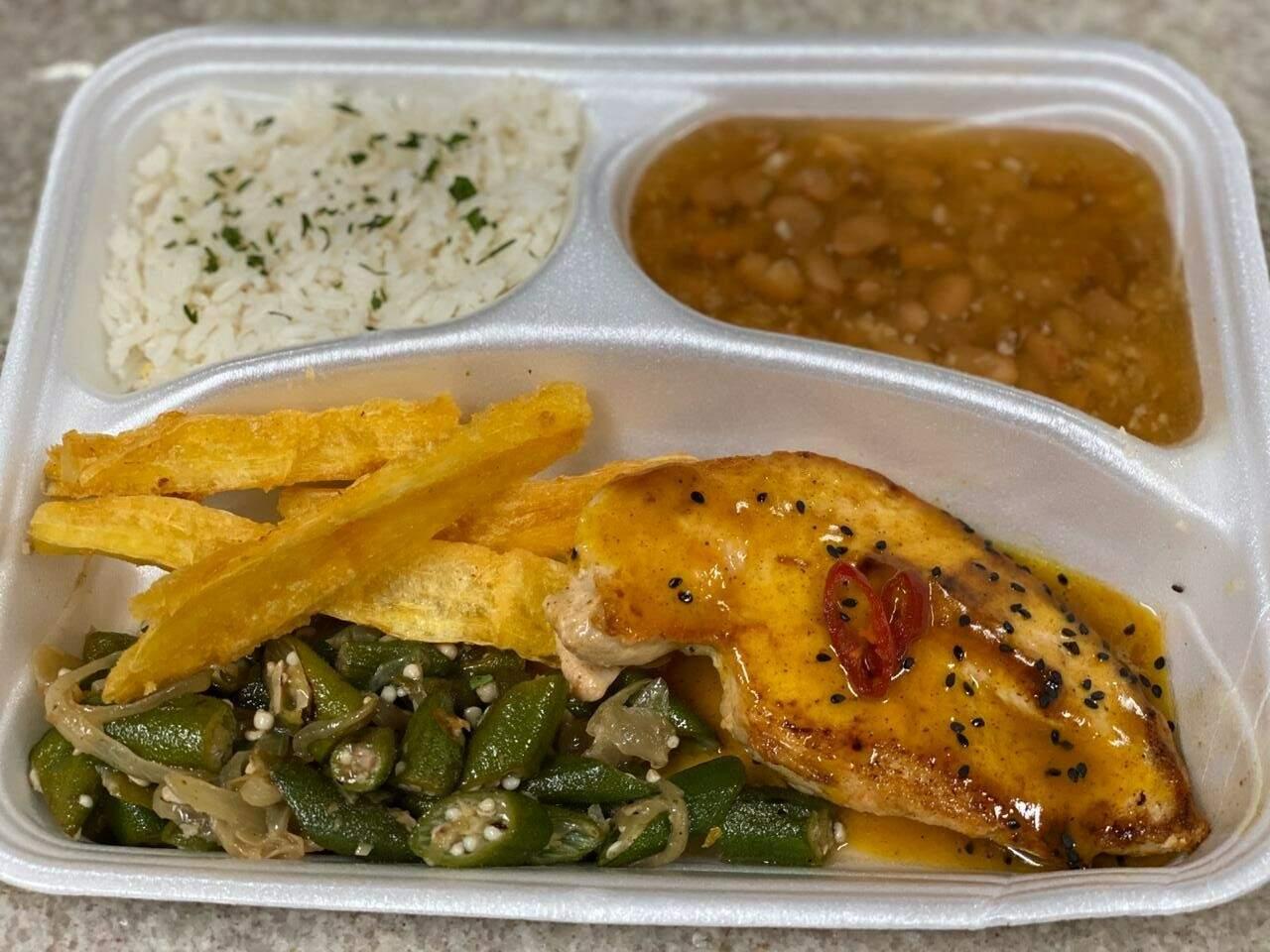 Marmita com arroz branco, feijão, filé de frango com mostarda e mel, quiabo refogado e mandioca frita. (Foto: Arquivo pessoal)