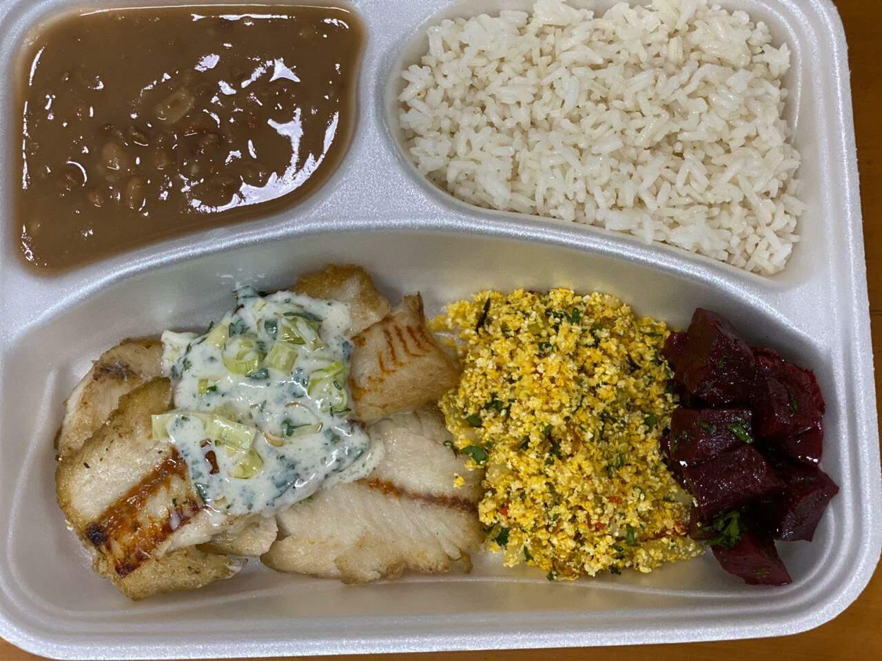 Marmita com filé de peixe grelhado ao molho de alho poró, arroz branco, feijão carioca, farofa de maracujá e beterraba cozida. (Foto: Arquivo pessoal)