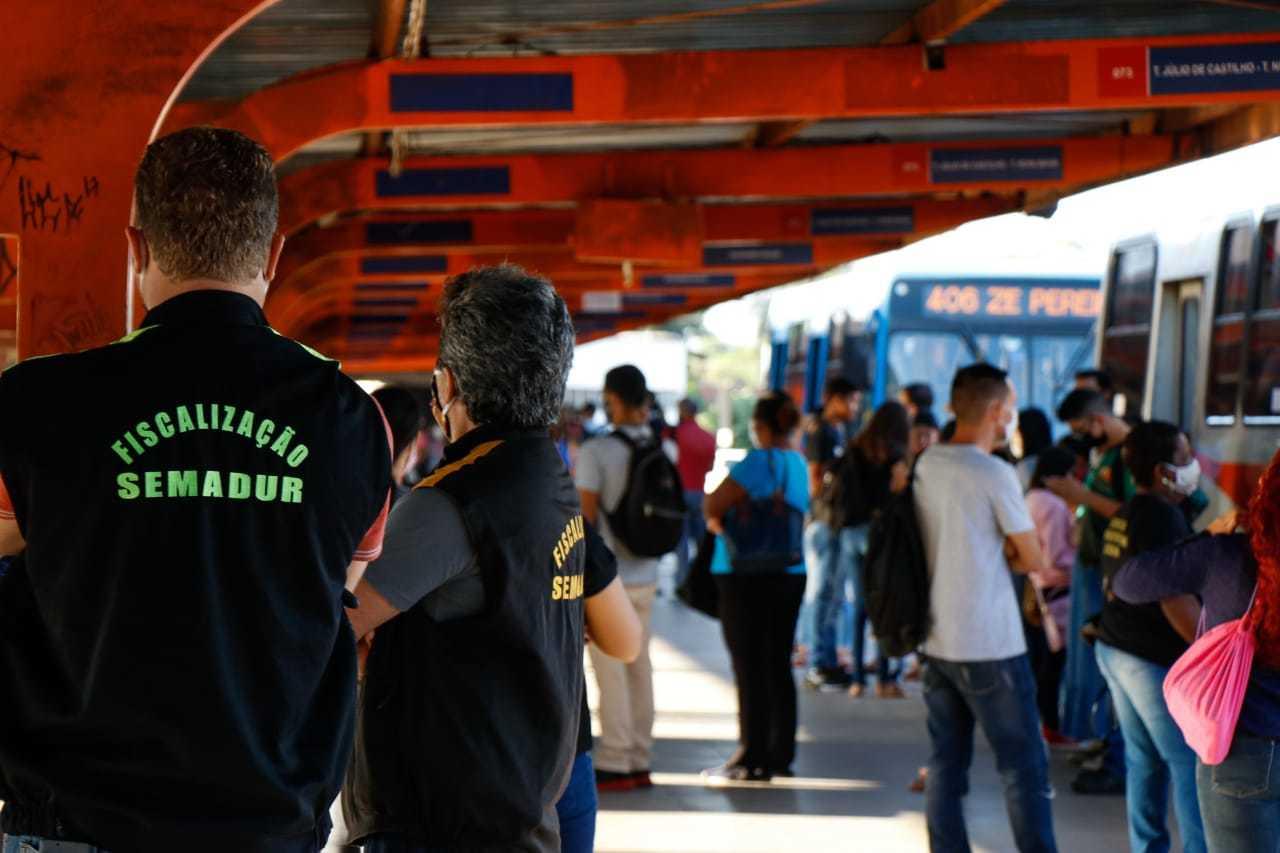 Fiscais da Semadur e equipe da Guarda Municipal circularam em três terminais da cidade (Foto: Henrique Kawaminami)