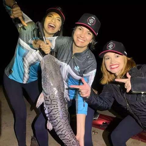 Criticadas por serem mulheres, elas encaram pescaria noturna sem medo