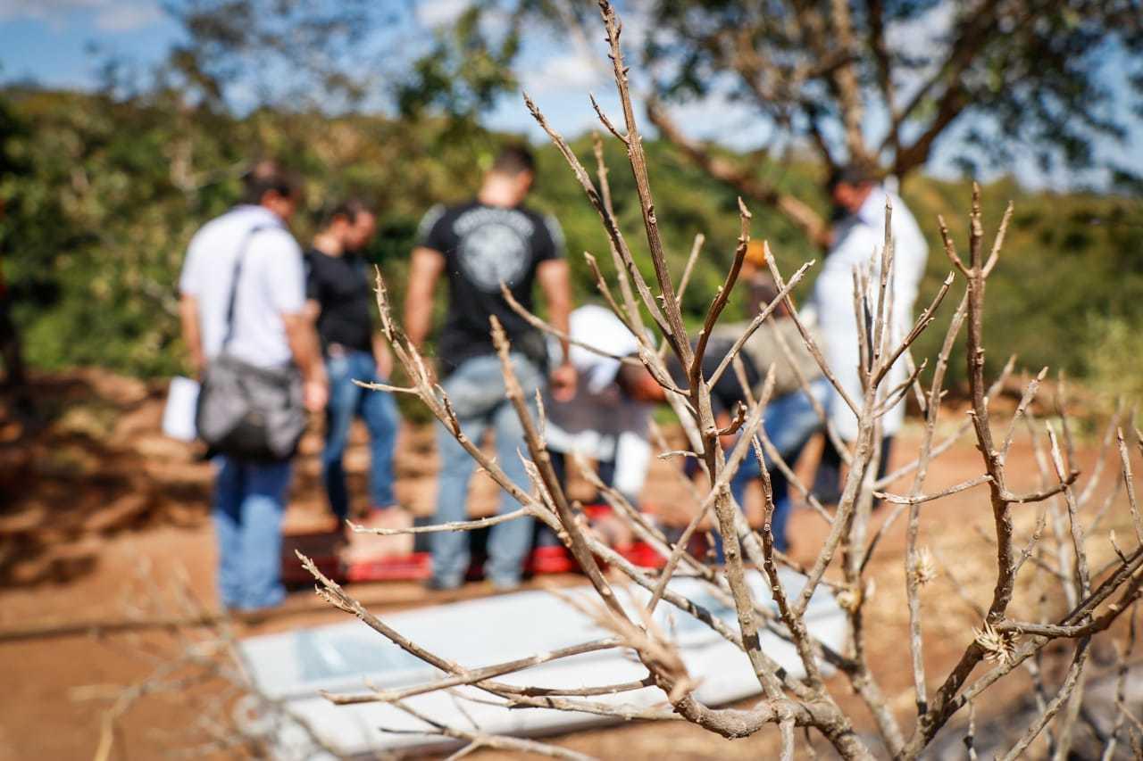 Equipes da perícia, polícia e bombeiros no local onde foi feito resgate do corpo, na região do Inferninho. (Foto: Henrique Kawaminami)