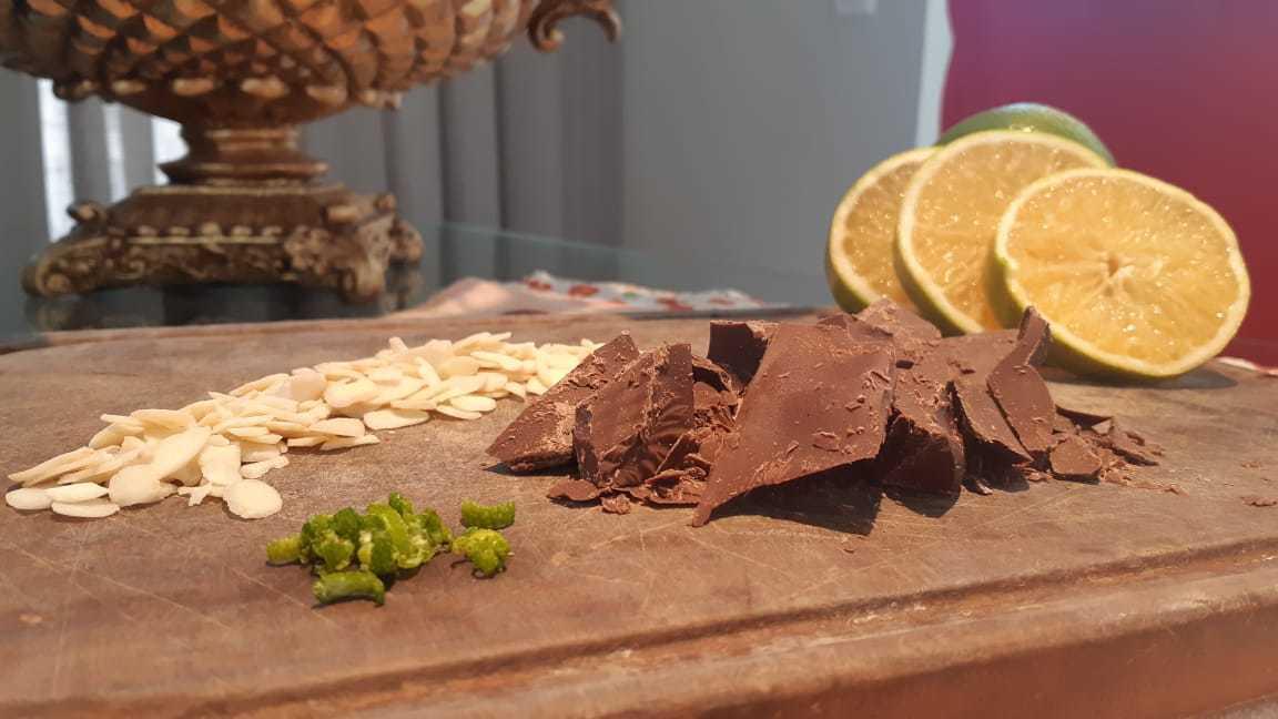 Amêndoas e raspas de laranja foram parar em barrinhas de chocolate para o Dia das Mães. (Foto: Delmondes Tortelaria)