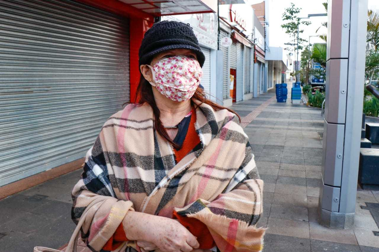 Neuza Rodrigues usou até manta para se proteger do frio (Foto: Henrique Kawaminami)