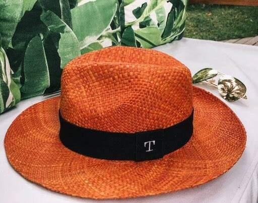 Chapéu Panamá colorido com pigmentos naturais (Foto: Malu Pires)