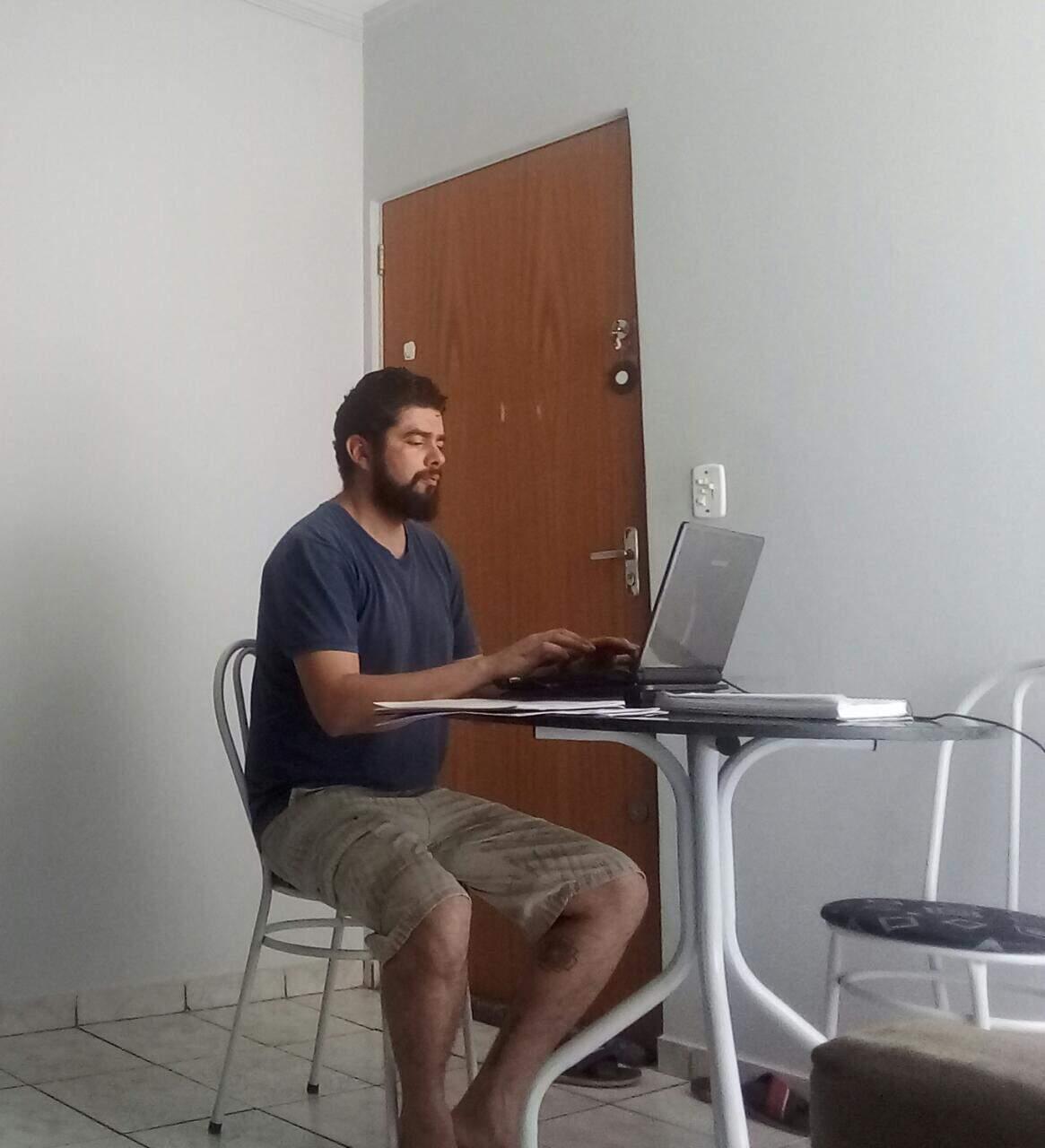 Professor Teylor preparando suas aulas em casa. (Foto: Arquivo Pessoal)