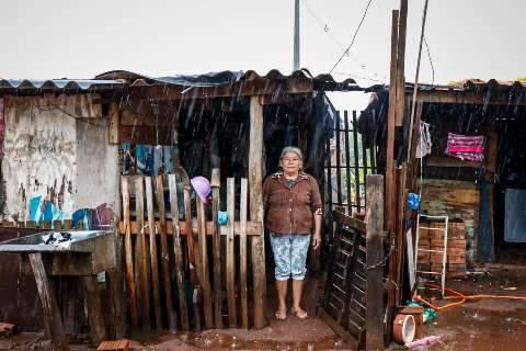 À espera da 2ª parcela, auxílio de 600 vira comida, fralda e poupança em favela