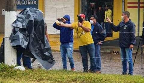 Homem que se acorrentou em poste entra no Paraguai e vai para quarentena