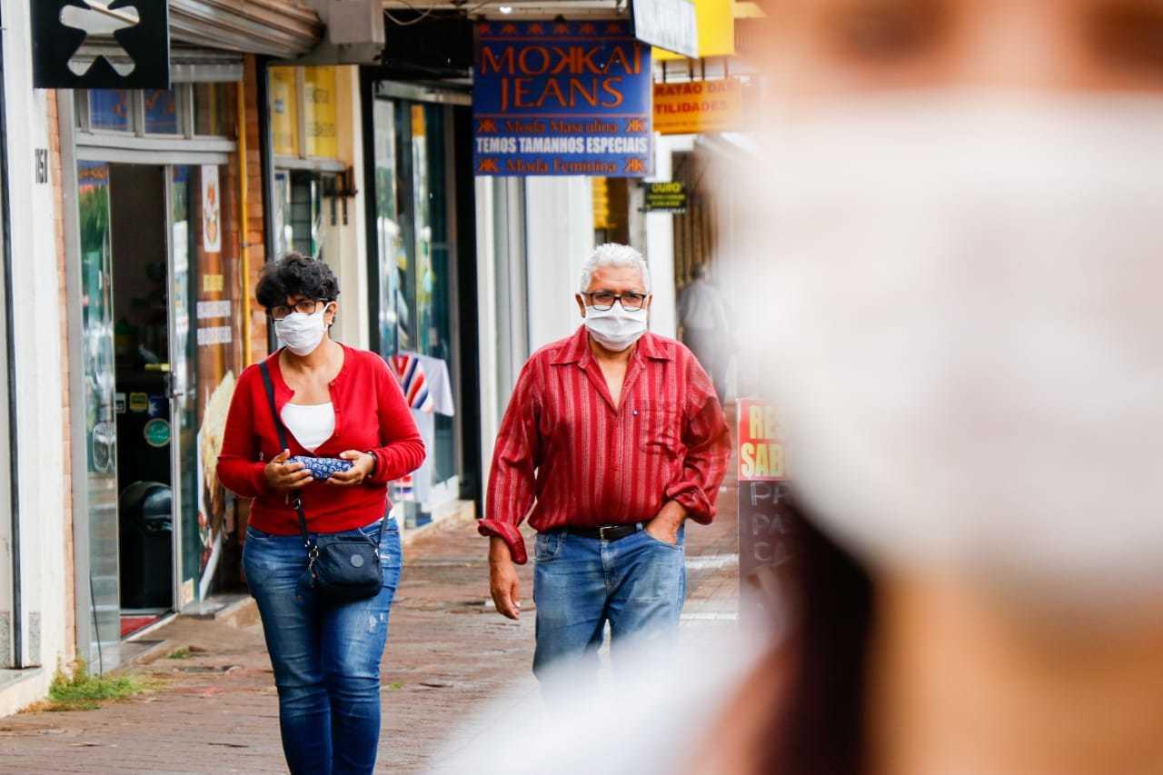 Combinando a roupa e a máscara, casal passeia no centro de Campo Grande (Foto: Henrique Kawaminami)