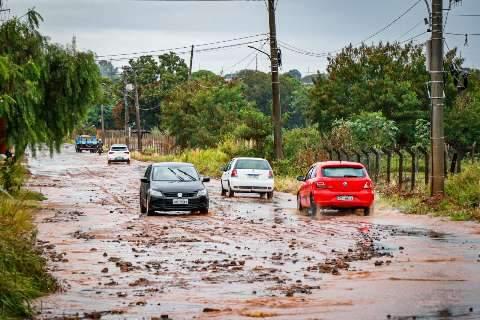 Depois da chuva, dia é de encarar pedras e lama em ruas do Nova Lima