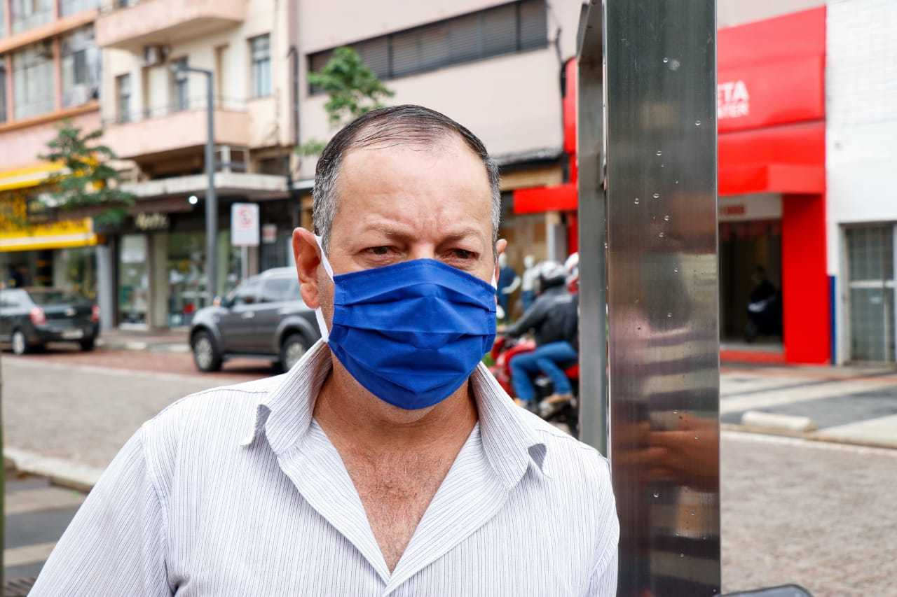 """Os filhos de Nelson moram em São Paulo. """"Lá a coisa está feia"""", disse o vendedor de máscaras (Foto: Henrique Kawaminami)"""