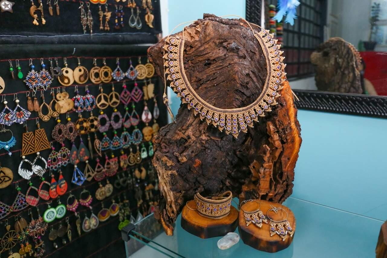 Pulseiras, colares e brincos são alguns dos acessórios produzidos pelo ex-hippie. (Foto: Paulo Francis)