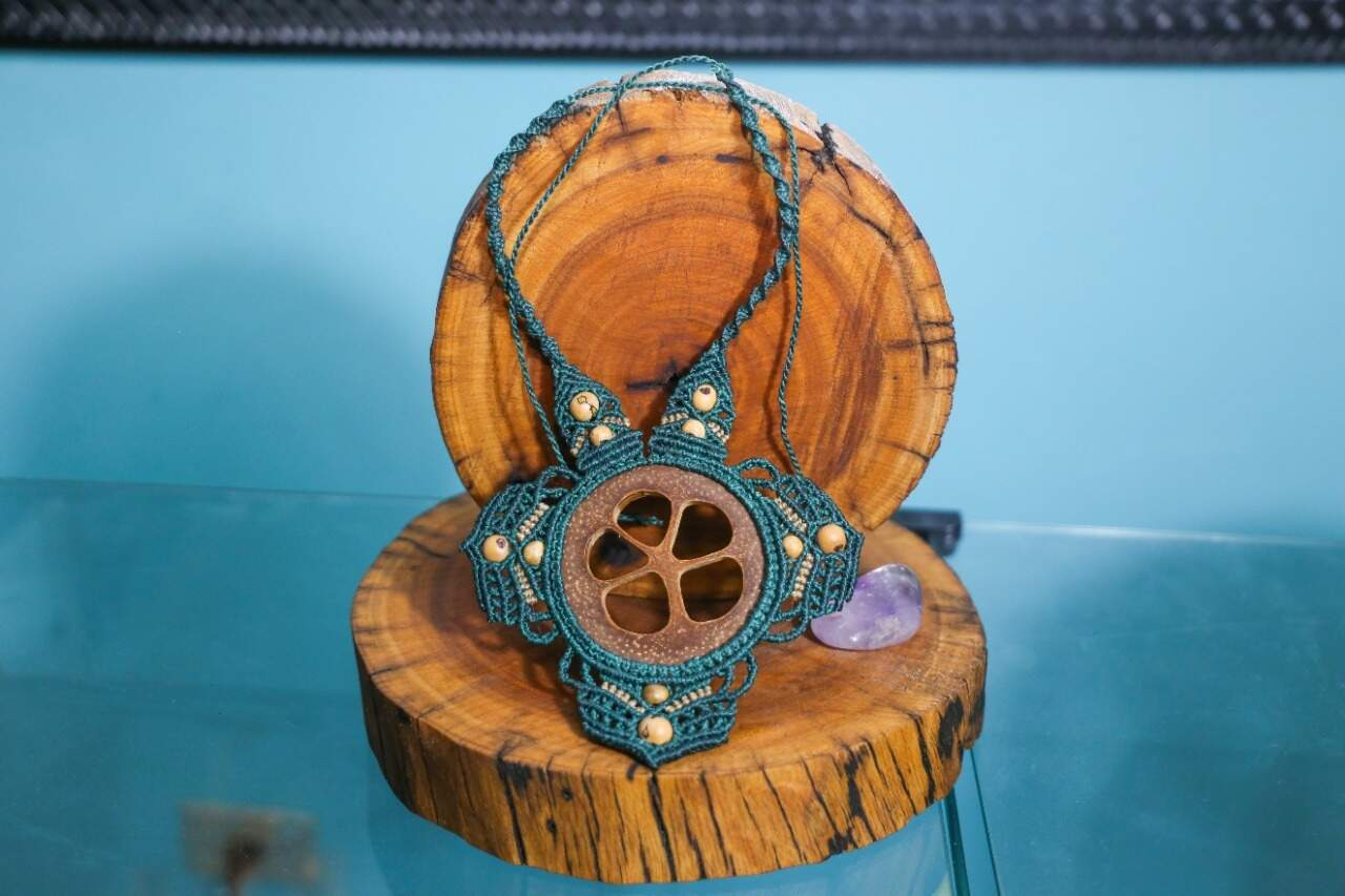 Acessórios como colares são feito com toda delicadeza pelo tatuador. (Foto: Paulo Francis)
