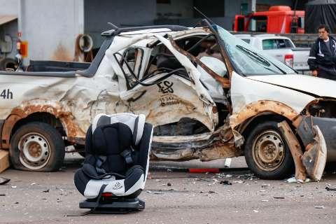 Bebê de 1 mês e criança de 1 ano têm alta depois de susto em acidente
