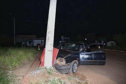 Batida em poste deixa condutor inconsciente e bairro sem luz