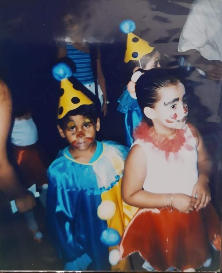 João à esquerda vestido de palhaço para uma apresentação da escola. (Foto: Arquivo pessoal)