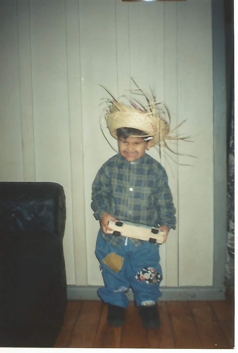 João por volta dos 4 anos de idade, vestido com roupa de quadrilha. (Foto: Arquivo pessoal)