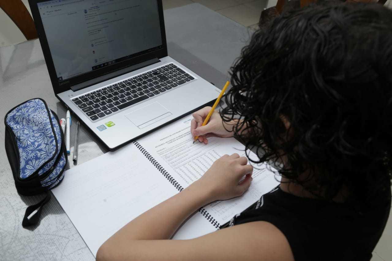 Nessa imagem, aluno aplicado resolve exercícios da apostila com o sistema online ligado, mas não é todo mundo quem tem a mesma possibilidade (Foto: Kisie Ainoã)