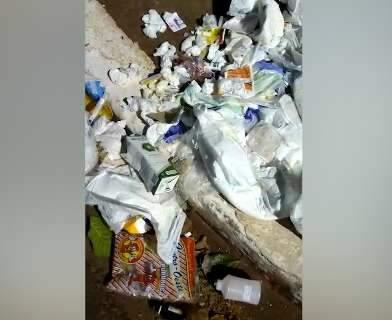 Vídeo mostra lixo hospitalar jogado em rua do Bairro Santa Fé