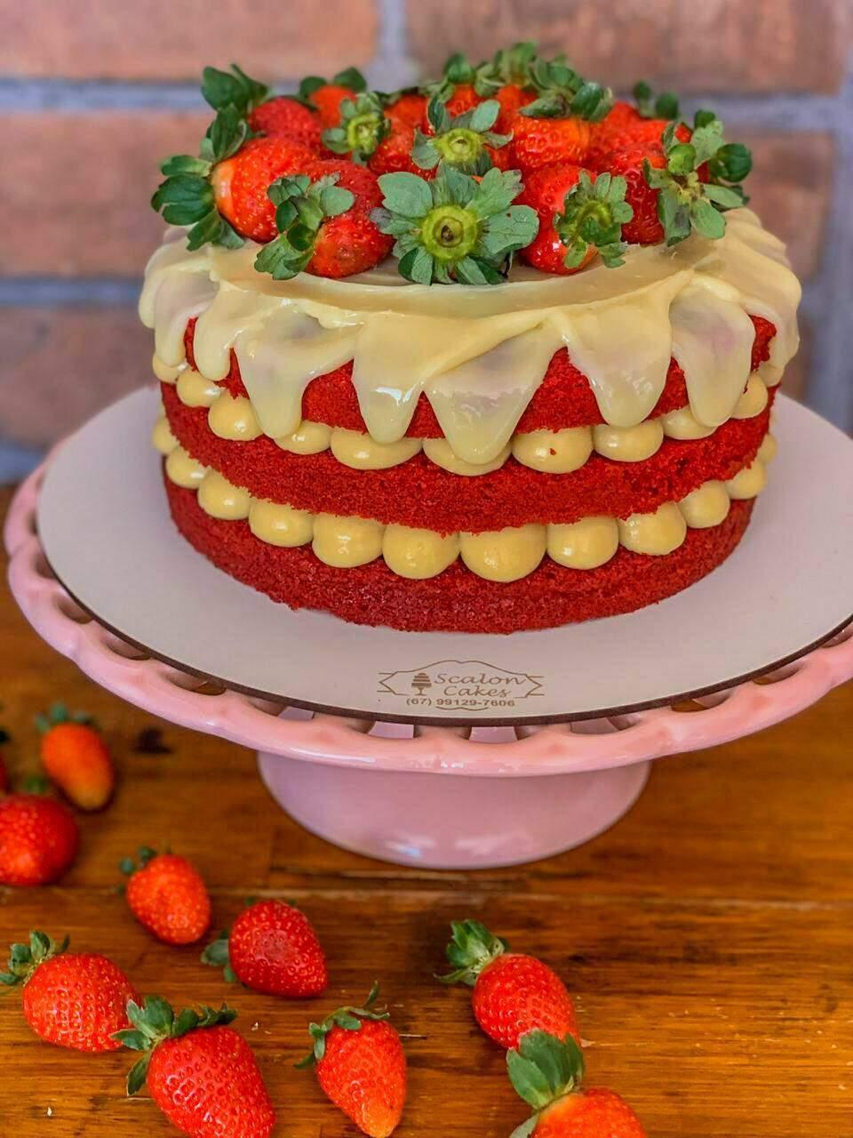 Aquele bolo recheado e decorado com morangos. (Foto: Tom de Markenting)
