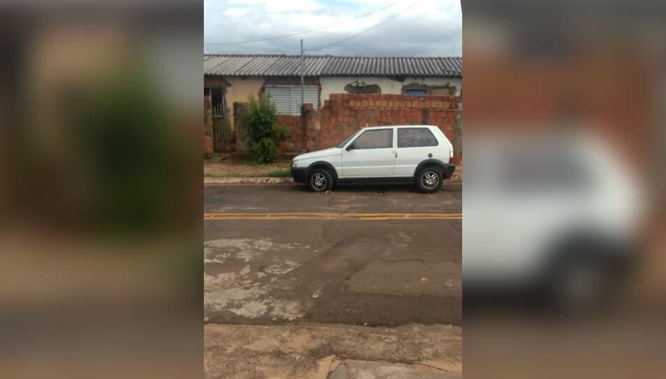 Carro estacionado em rua do Portal Caiobá está com o pneu furado (Foto: Direto das ruas)