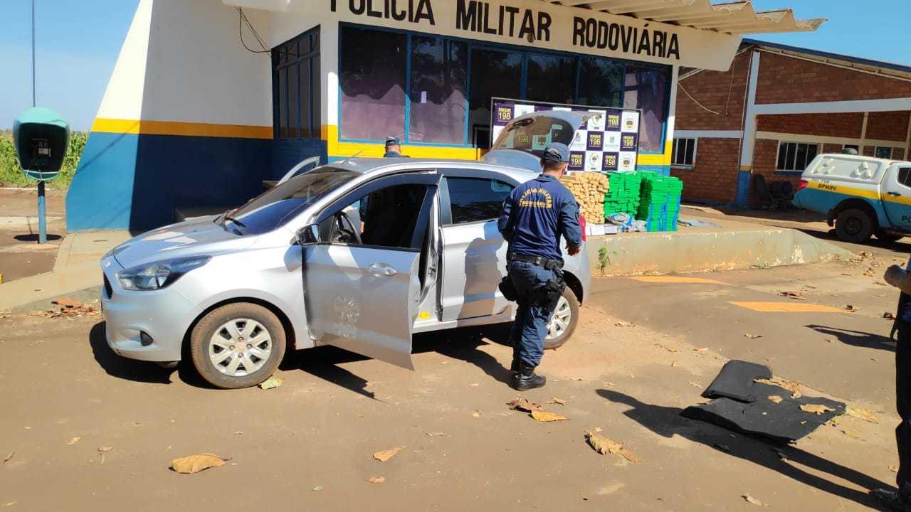 """Policial militar ao lado de Ford Ka abandonado por """"cavalo doido"""" (Foto: Adilson Domingos)"""