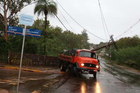Caminhão bate em poste de energia na Spipe Calarge e deixa rua inteira sem luz