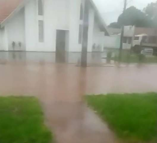 Moradoras reclamam de ruas alagadas no Nova Campo Grande e Itamaracá