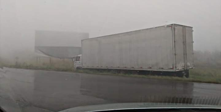 Caminhão saiu de rodovia devido a forte neblina (Foto: Direto das Ruas)