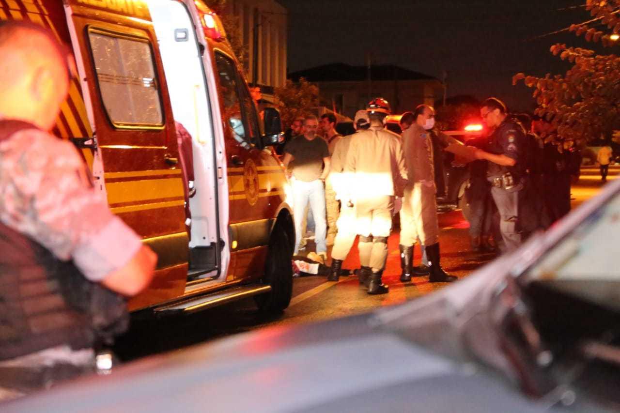 No detalhe da imagem, bombeiros e policiais entorno do corpo do adolescente. (Foto: Kisie Ainoã)