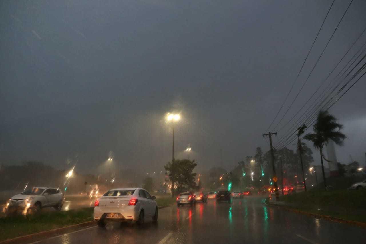 Chuva antecipou noite na Avenida Gury Marques (Foto: Paulo Francis)