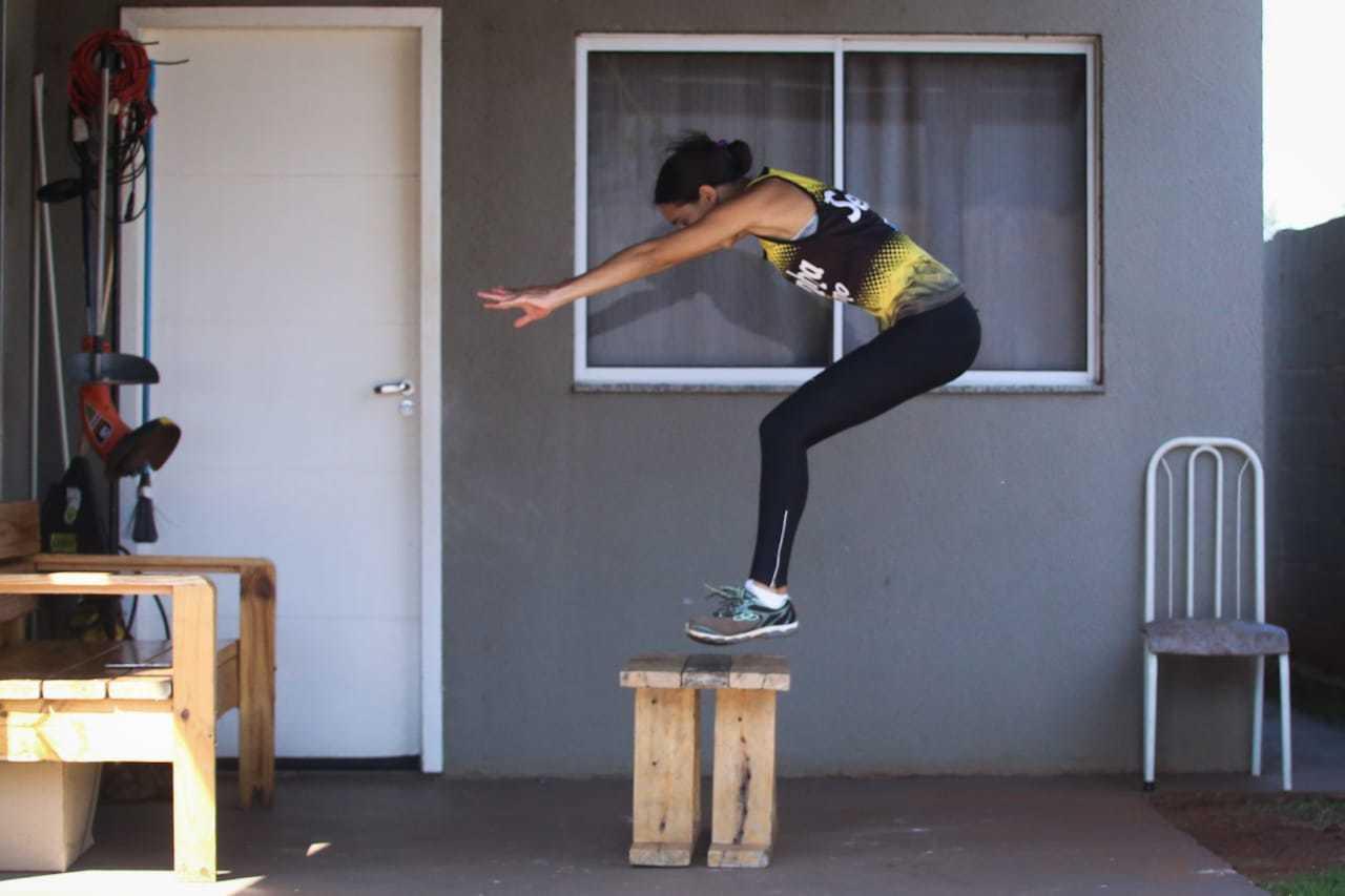 Ela acompanha vídeo aulas para dar continuidade às atividades de atletismo. (Foto: Marcos Maluf)