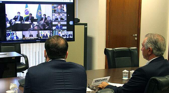 Reinaldo no gabinete, durante reunião virtural com o presidente Jair Bolsonaro. (Foto: Campo Grande News)