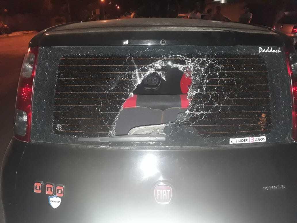 Carro da vítima foi destruído durante confusão (Foto: Direto das Ruas)