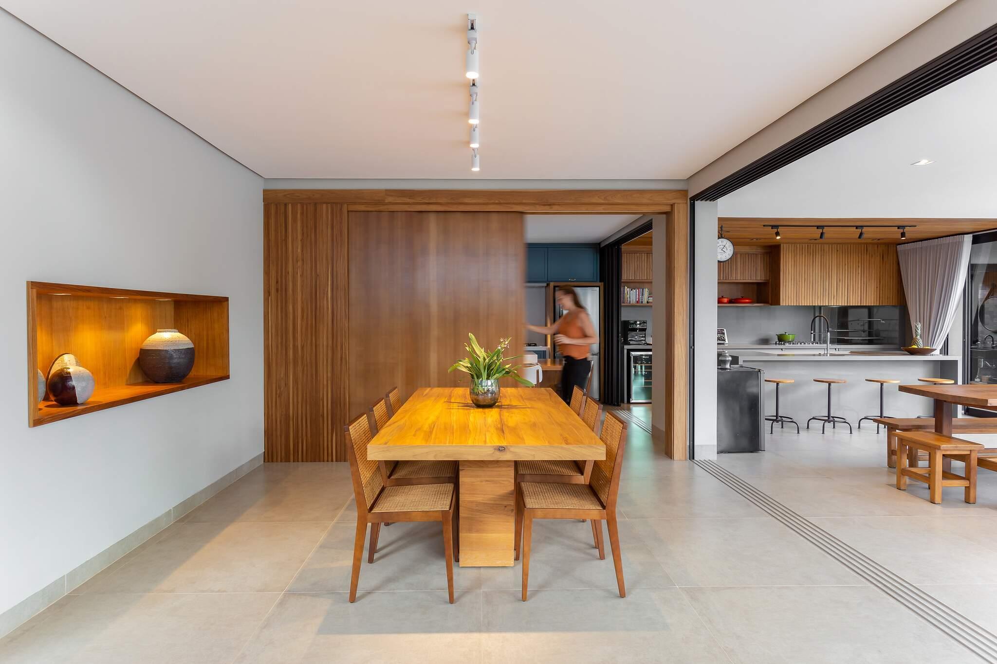 Porta na cozinha une ou divide área da sala de jantar, trazendo sensação de amplitude. (Foto: Rafael Lima)