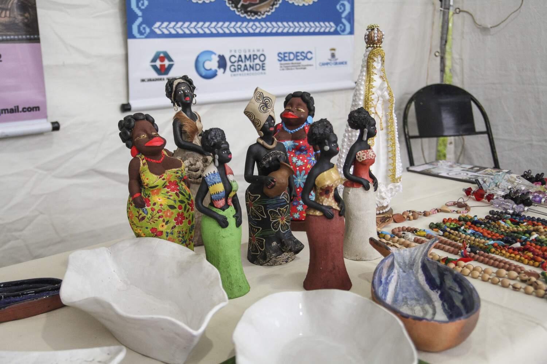 Artesanatos de porcelanas e bonecas de argila podem entrar para o catálogo virtual. (Foto: Divulgação/Sectur)