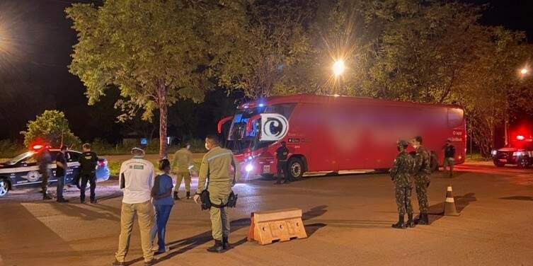 Ônibus no momento em que foi abordado na barreira sanitária do município. (Foto: Diário Corumbaense)