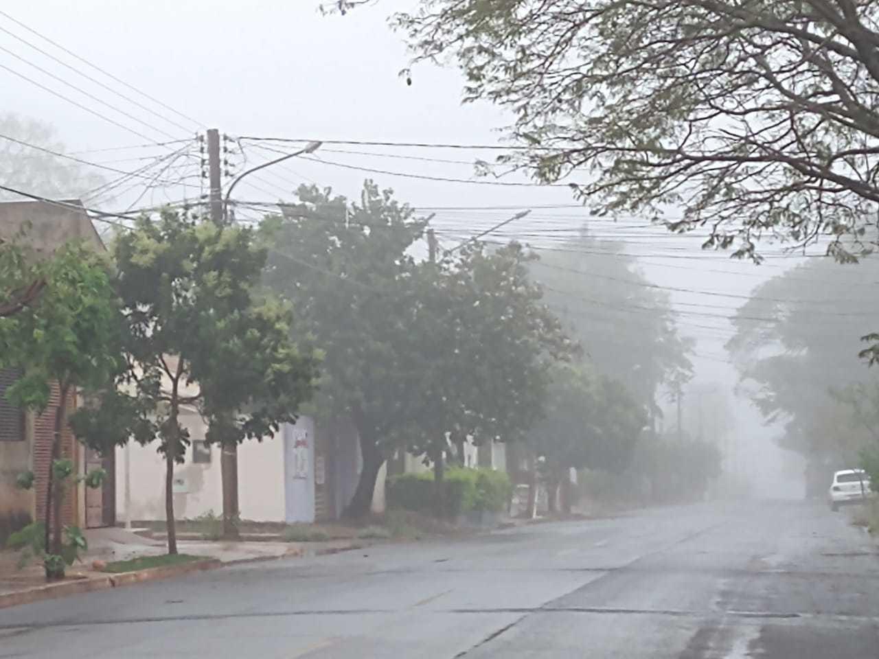 Rua Maria Izabel Couto Pontes foi tomada pela neblina (Foto: Direto das Ruas)