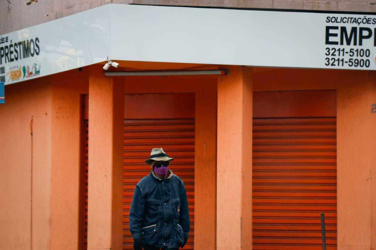 """Homem sai """"equipado"""" para enfrentar frio da Capital (Foto: Henrique Kawaminami)"""