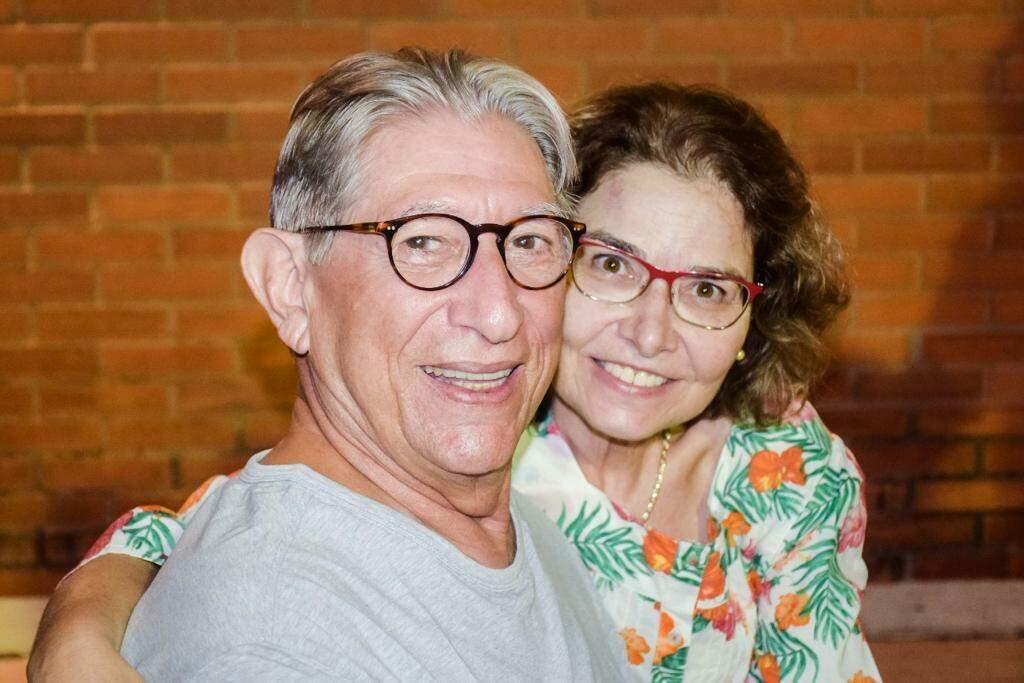 Magno e Laís, apaixonados durante os 33 anos de casamento. (Foto: Arquivo Pessoal)