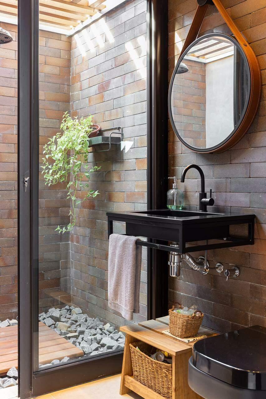 Sofisticada, casa não deixou de lado nem o chuveirão no banheiro da área externa. (Foto: Rafael Lima)
