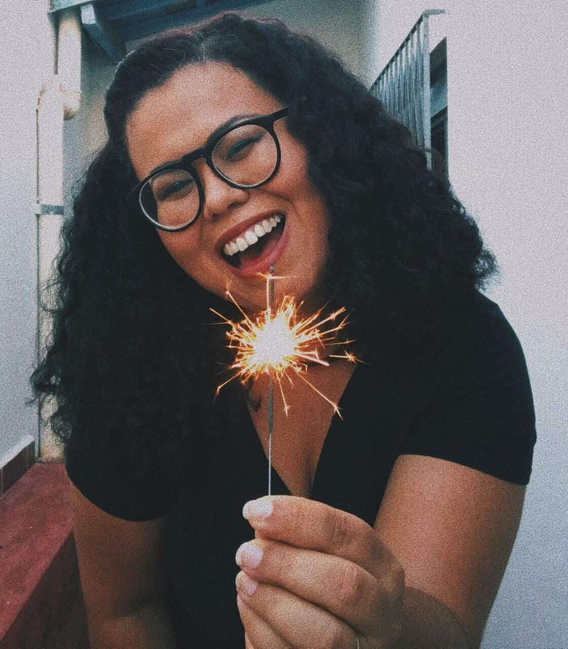 Jaimeína segurando uma vela de aniversário. (Foto: Arquivo pessoal)
